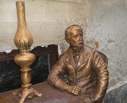 Памятник изобретателям керосина.