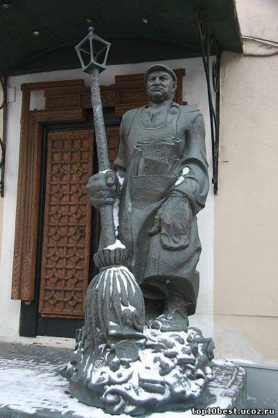 Памятник мэру Москвы Лужкову.