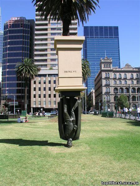 Памятник Чарльзу Ла Тробе (памятник на голове).