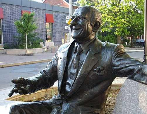 Памятник Джонни Ломбарди.