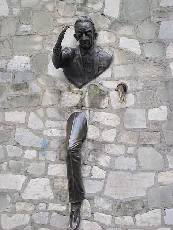 Памятник французскому писателю Марселю Эме.