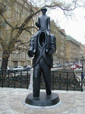 Памятник немецкому писателю Францу Кафке.