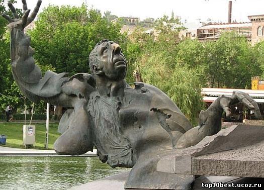 Памятник Арно Бабаджаняну .