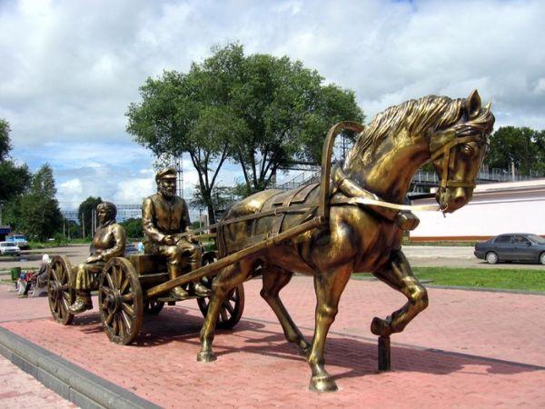 памятник переселенцам и основателям города Биробиджан