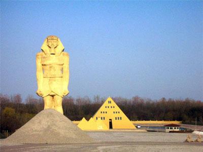 Дом-золотая пирамида