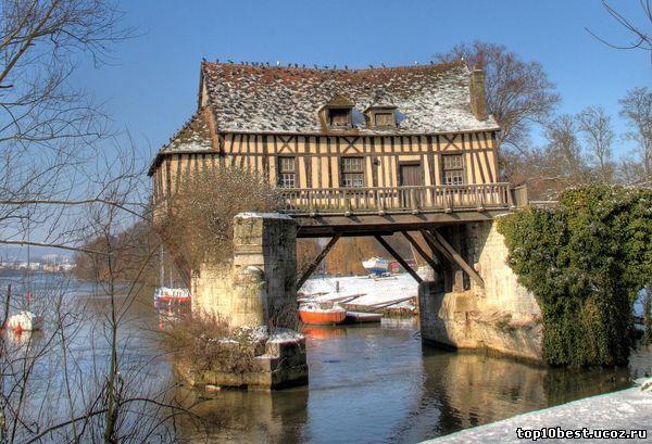 Дом на опорах моста