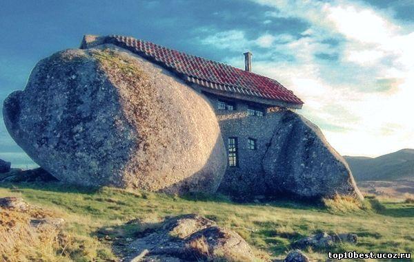 Дом между валунами