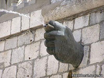 Необычный памятник находится в Сплите...