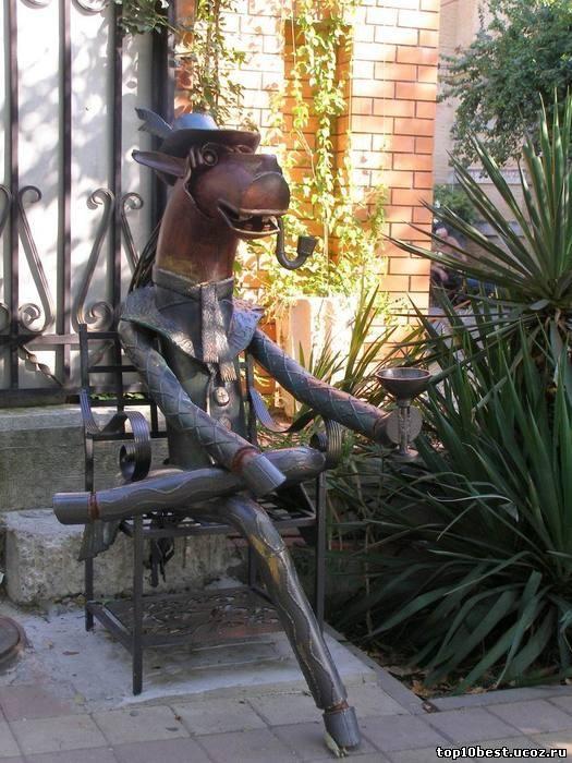 Памятник коню в пальто.